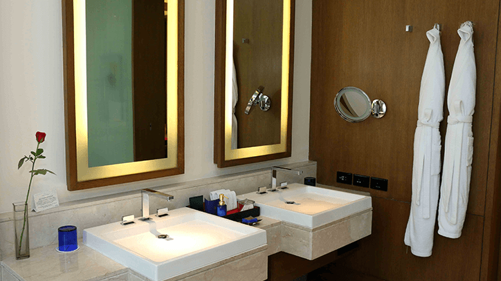 Luxury Room Bathroom 2