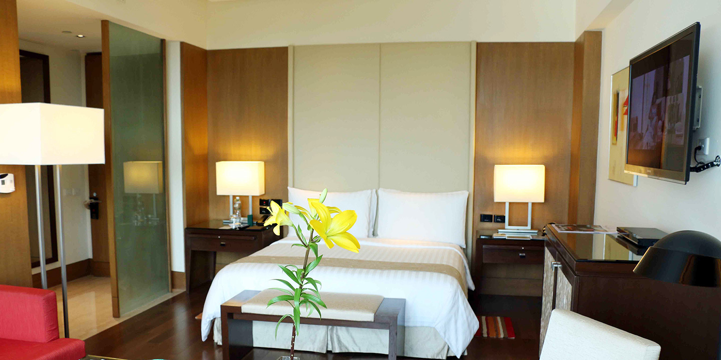 Premier Hotel Room with Pool View The Oberoi Gurgaon Luxury 5